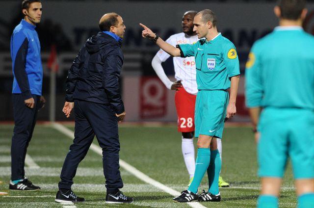 L'entraîneur de l'ASNL Pablo Correa s'insurge contre une décision l'arbitre Benoit Millot lors du match Nancy - Bourg en Bresse.