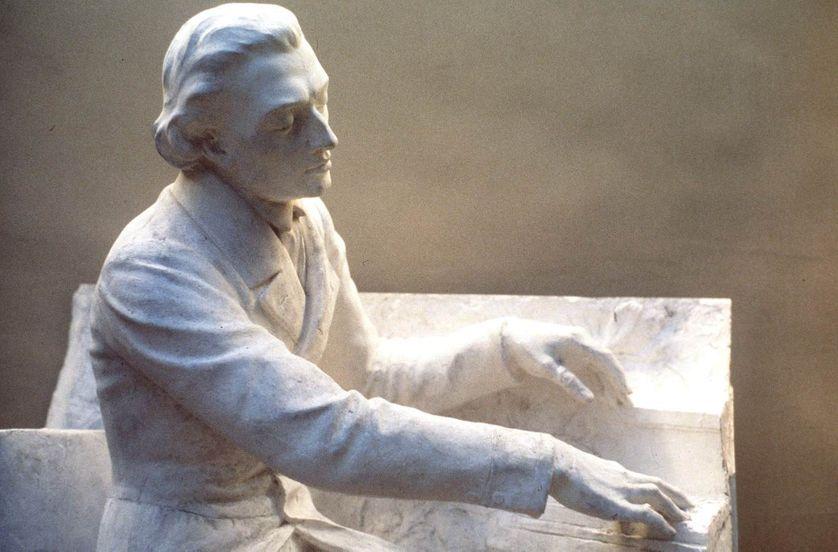 Détail de la statue de Frédéric Chopin (1810-1849) au piano par Jacques Froment.