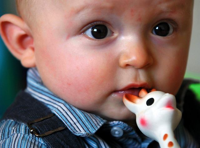 bébé et Sophie la girafe