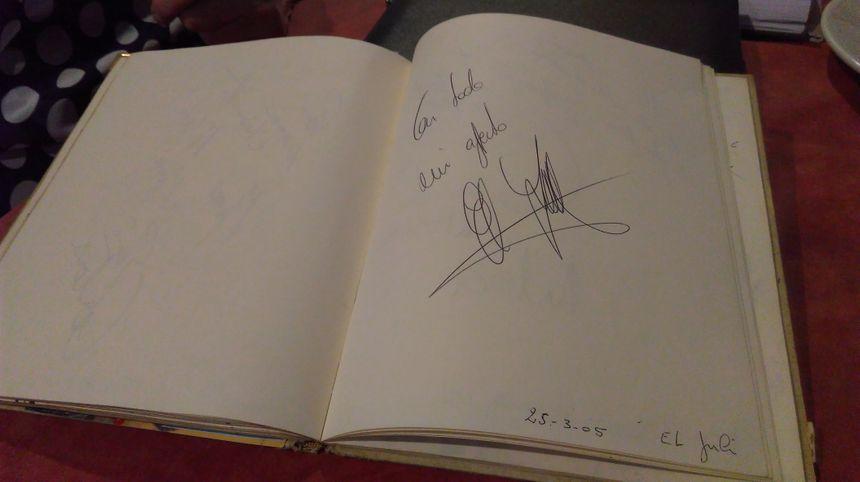 La dédicace du matador El Juli sur le livre d'or du restaurant Nicolas à Nîmes.