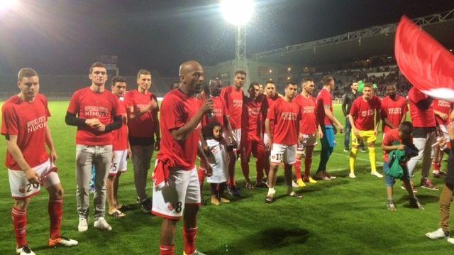 Les joueurs du Nîmes Olympique fêtent le maintien
