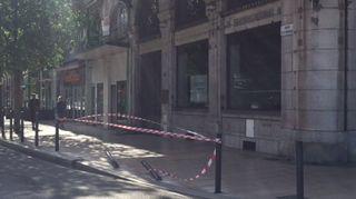 Dans le choc, la voiture a arraché des plots devant la banque