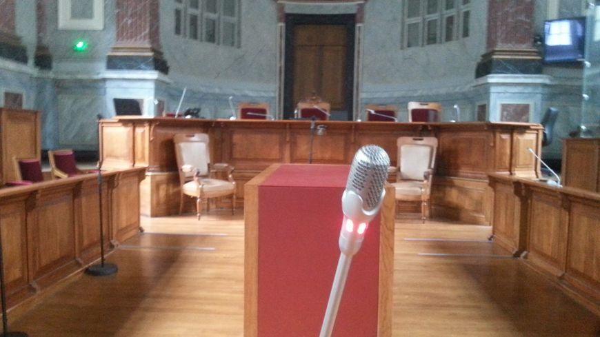 La barre des témoins à la cour d'assises de Pau