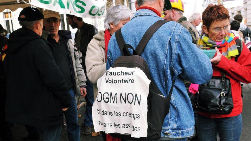 Rassemblement des anti-OGM à Tours, lors du premier procès