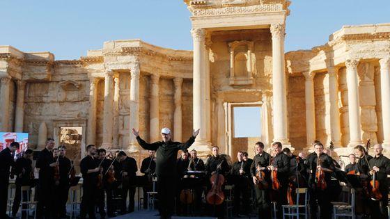 Le chef d'orchestre russe Valery Gergiev et l'Orchestre symphonique du théâtre Mariinski dans l'amphithéâtre de Palmyre en Syrie. (© MaxPPP)
