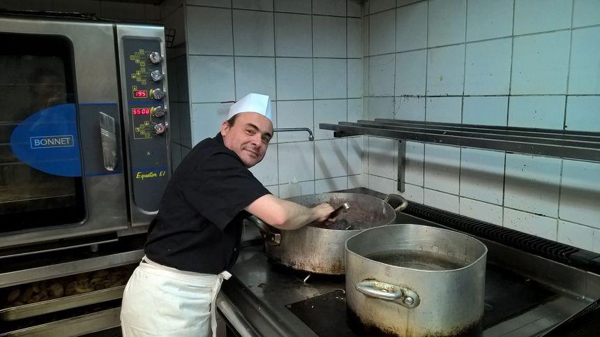 Gérald, chef cuisinier du restaurant La grande bourse à Nîmes, aux fourneaux