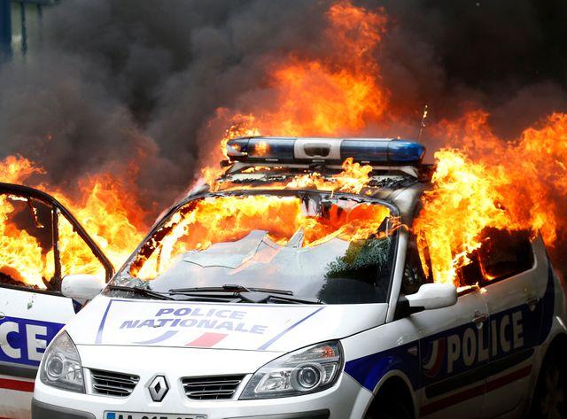 La voiture de police a été incendiée près du canal Saint-Martin, à Paris