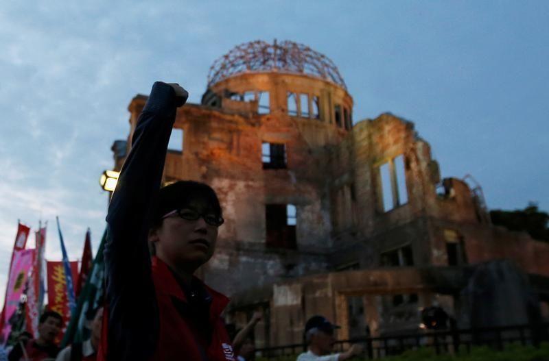 Manifestants japonais contre la venue de Barack Obama au mémorial d'Hiroshima.