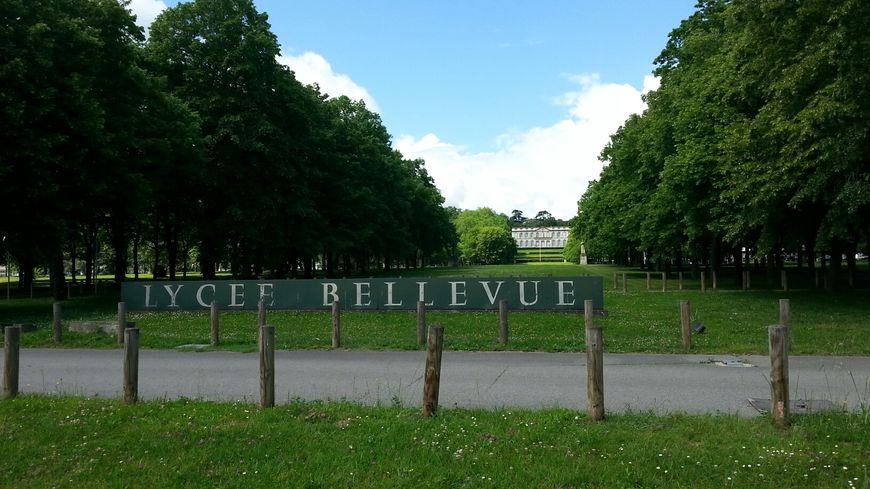 Le parc verdoyant du lycée Bellevue à Toulouse