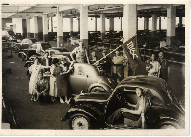 Grève et occupation d'une usine de construction automobile en région parisienne (Nanterre), 1937
