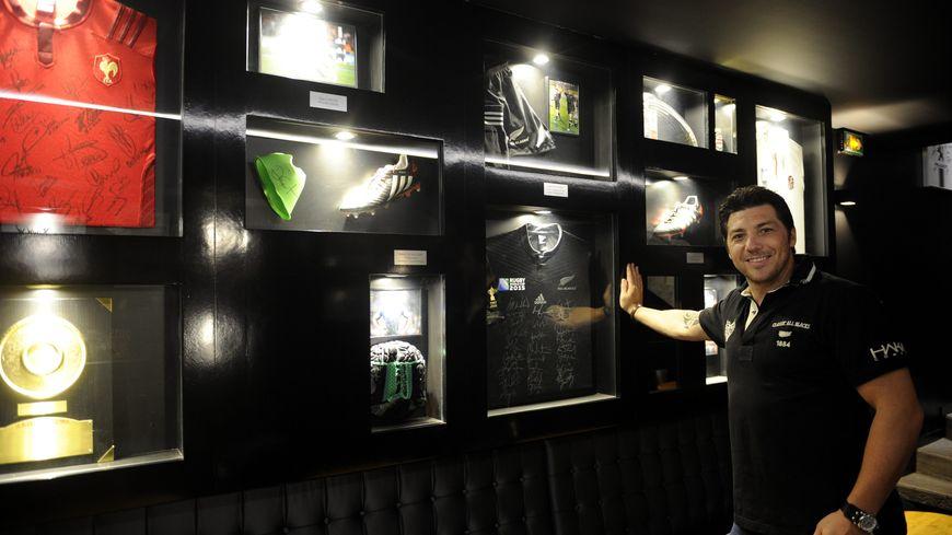 l'ancien rugbyman Byron Kelleher dans son bar à Toulouse