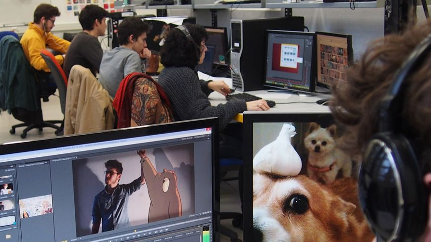 Les élèves de l'écoles Estienne en salle de montage vidéo
