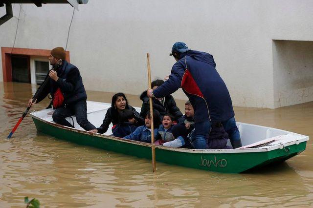 le bilan des inondations en serbie et bosnie s'alourdit