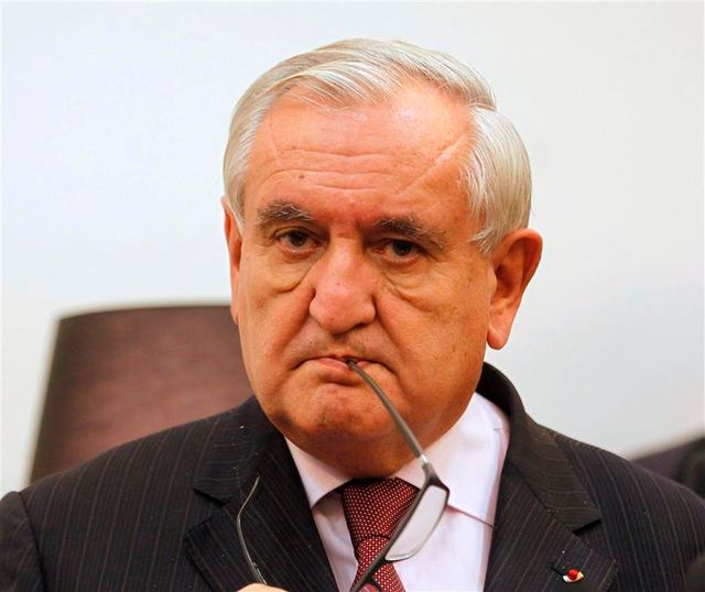 "raffarin voit une ""menace de chienlit"" peser sur la france"