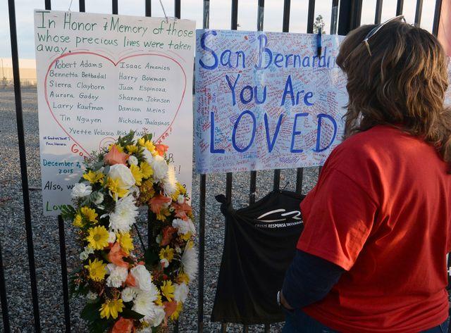 Des habitants se recueillent sur le site de la tuerie de San Bernardino, le 6 décembre 2015