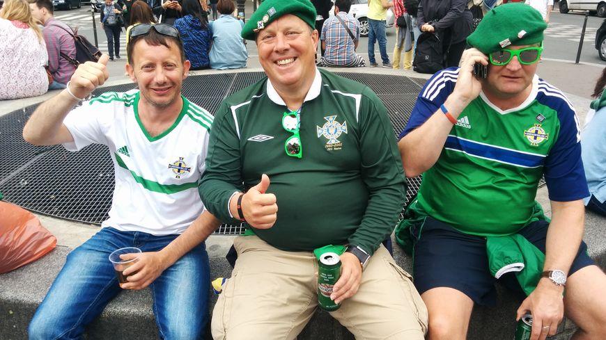 Thomas, supporter nord-irlandais, entouré de ses deux acolytes.