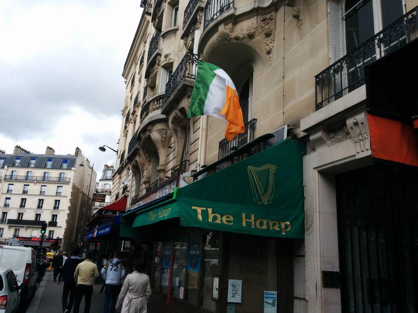 Les drapeaux irlandais sont nombreux, place Blanche.