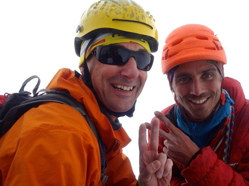 Le guide et son client heureux au sommet de la Pointe Adolphe Rey