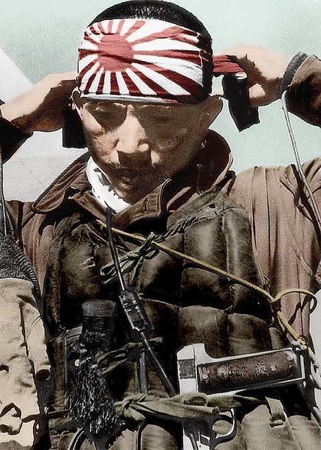 """Un pilote attache son """"hachimaki"""" avant de s'envoler pour son ultime mission."""