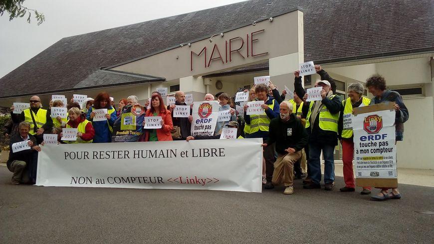 Devant la mairie de Cast, les opposants à l'installation de compteurs Linky