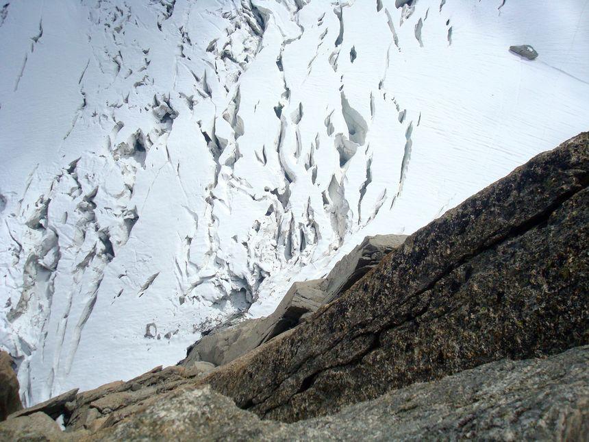 Au-dessus des crevasses du massif du Mont-Blanc
