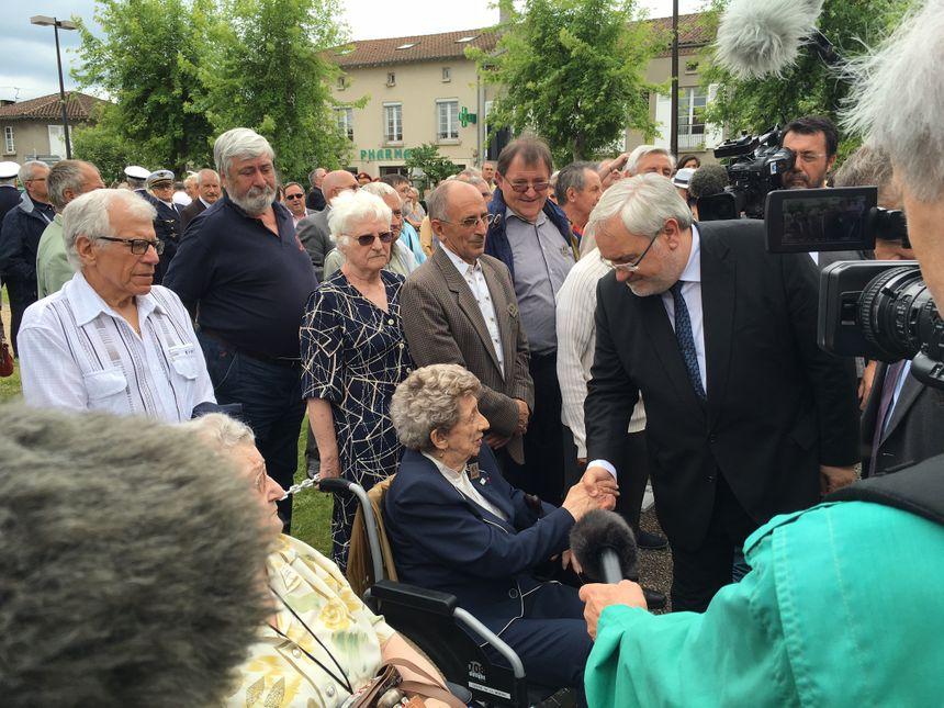 Camille Senon saluée par le secrétaire d'Etat aux anciens combattants.