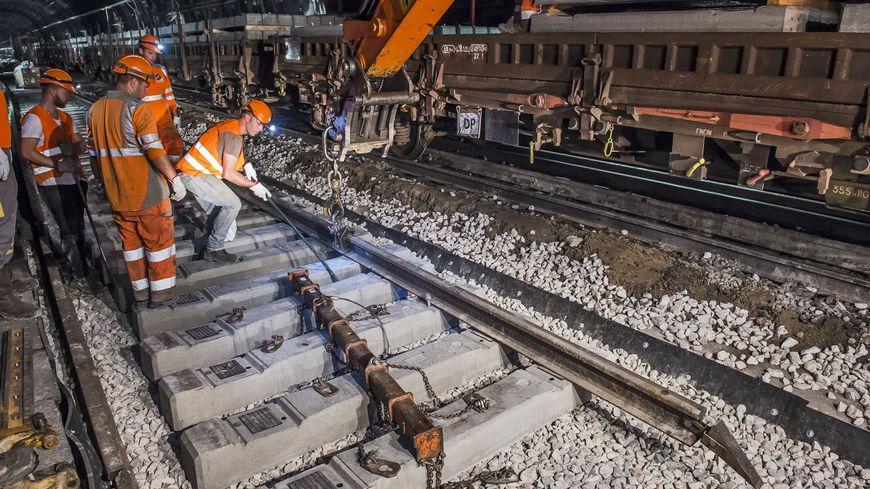 Les agents vont travailler jour et nuit pour moderniser les voies ferrées.