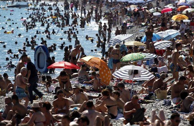 les français préfèrent leur pays et la mer pour les vacances