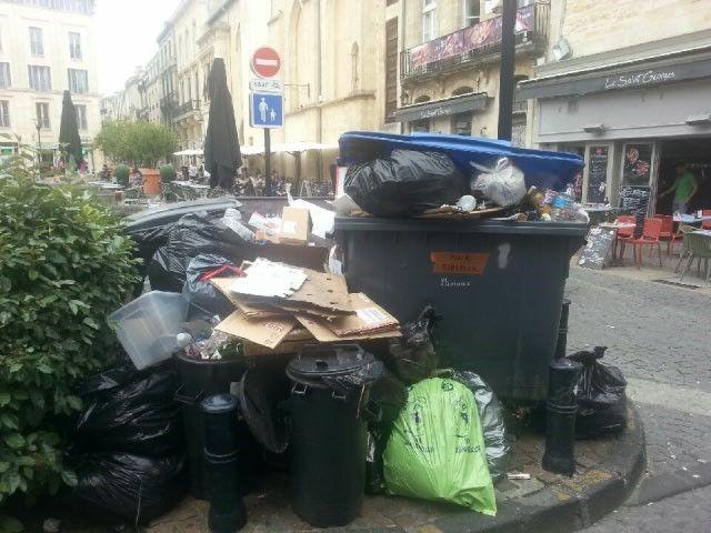 Il reste encore beaucoup de poubelles dans le centre historique