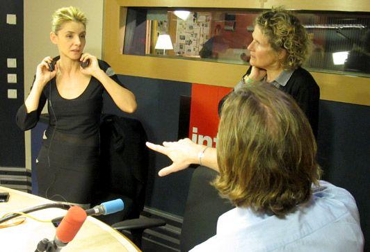 Clotilde Courau, Anne Kobylak et François Busnel. Discussion autour du choix du morceau musical qui sera diffusé pendant l'émission