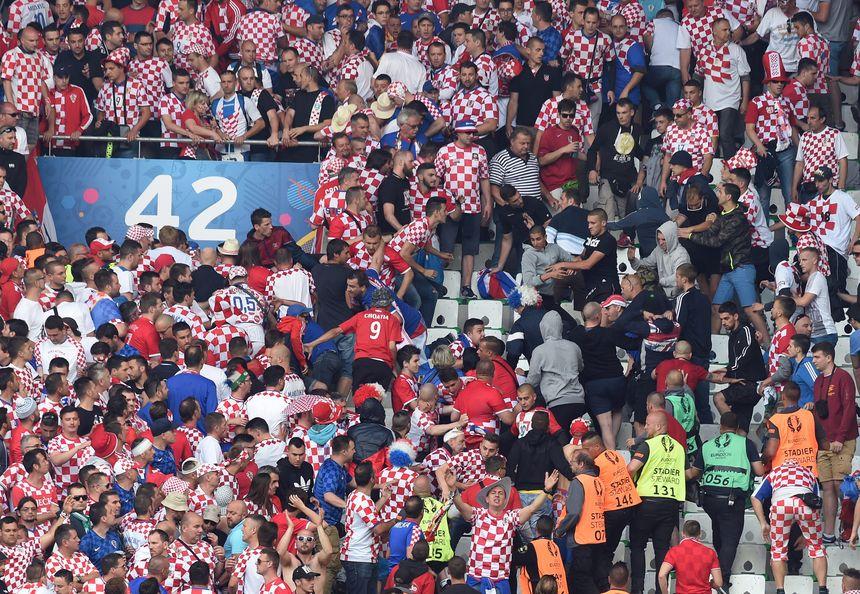 Au moins une bagarre a éclaté en tribune croate.