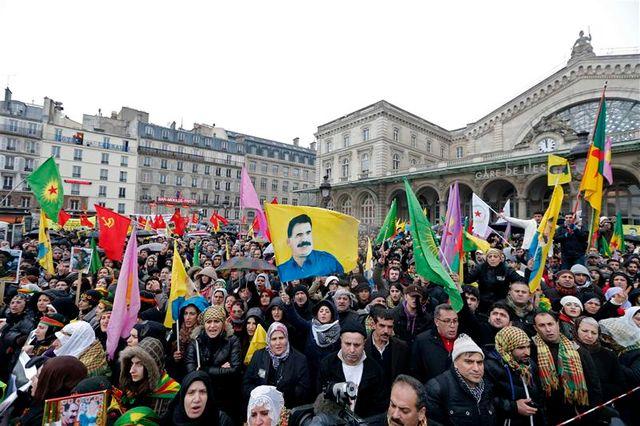 manifestation à paris après l'assassinat de trois militantes kurdes