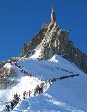 Le parcours de la Vallée Blanche commence par la descente d'une arête de neige étroite  et glissante.