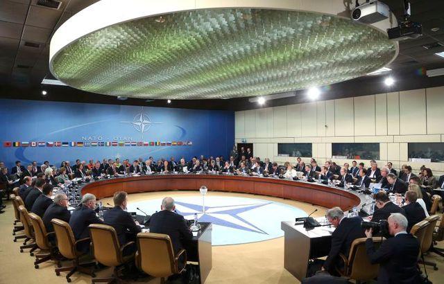l'otan suspend sa coopération avec moscou et se rapproche de kiev