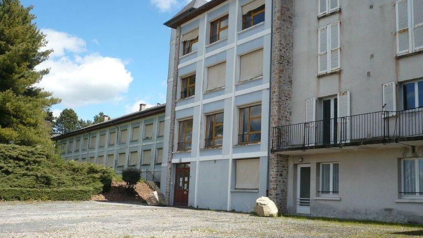 l 39 ancienne maison de retraite de b n vent l 39 abbaye est vendre. Black Bedroom Furniture Sets. Home Design Ideas
