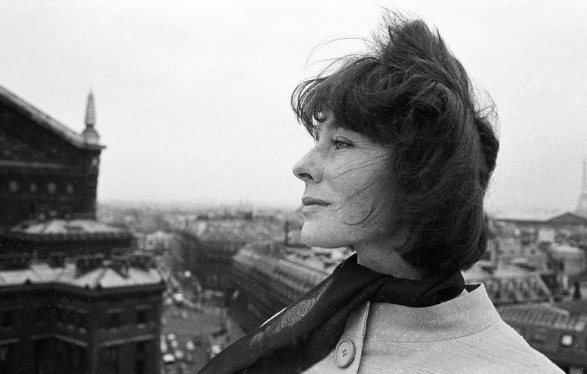 Bettina chez elle, à Paris en 1961.