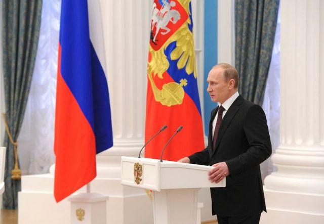 vladimir poutine signe la loi rattachant la crimée à la russie