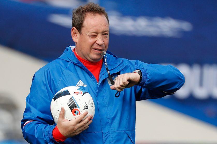 Le coach russe Leonid Slutski durant un entrainement