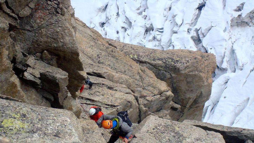 Des cordées de l'ENSA dans la voie Gervasutti à la pointe Adolphe Rey (Mont-Blanc, 3 535 m)