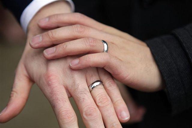 partisans et opposants au mariage pour tous manifestent à lyon