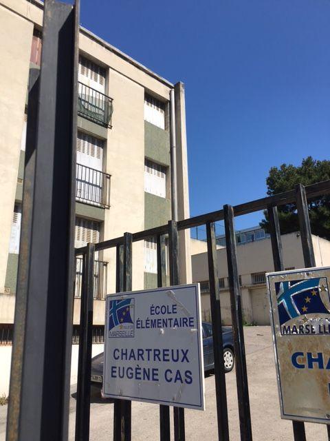 L'une des entrées de l'école Eugène Cas, à Marseille (13004)