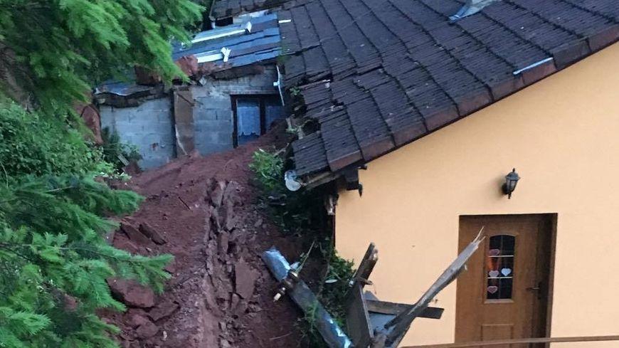 Le rocher s'est écroulé sur l'arrière de la maison