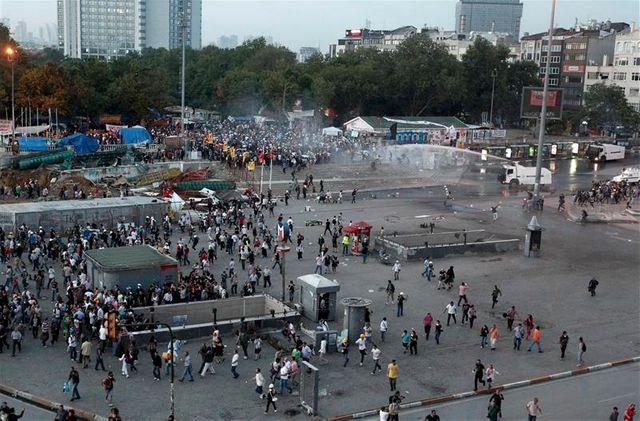 la police turque intervient dans le parc gezi d'istanbul