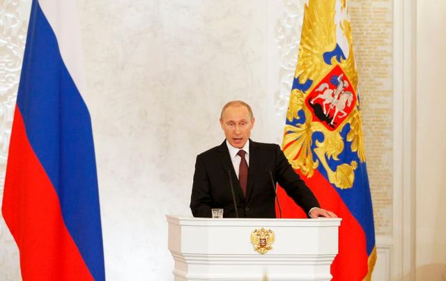 vladimir poutine signe le traité intégrant la crimée à la fédération de russie