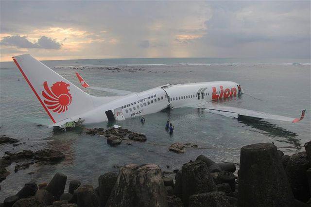 un avion manque son atterrissage à bali