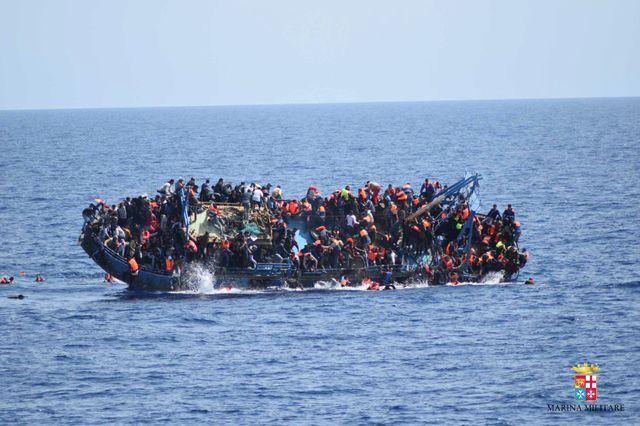Un bateau de migrants au large de la Libye