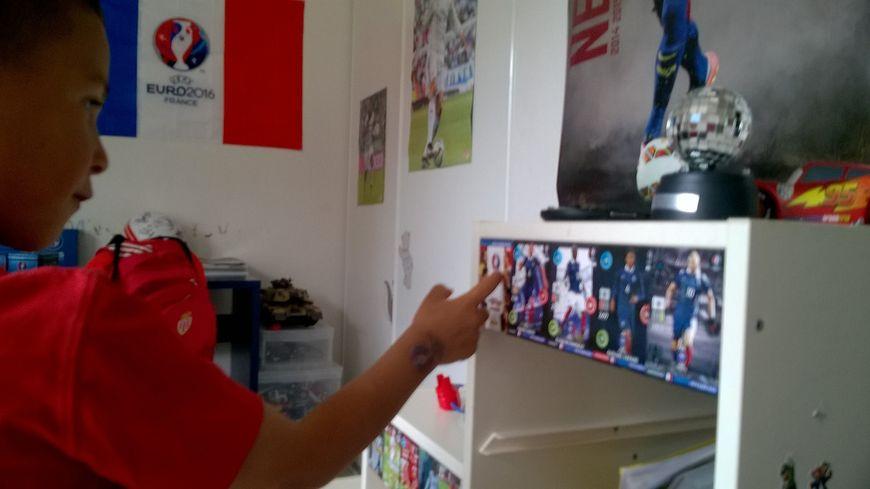 Théo, 6 ans, affiche sa passion pour le football dans sa chambre.