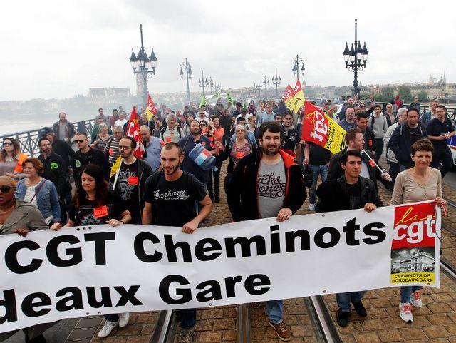 A Bordeaux, manifestation contre la loi travail sur le pont de pierre