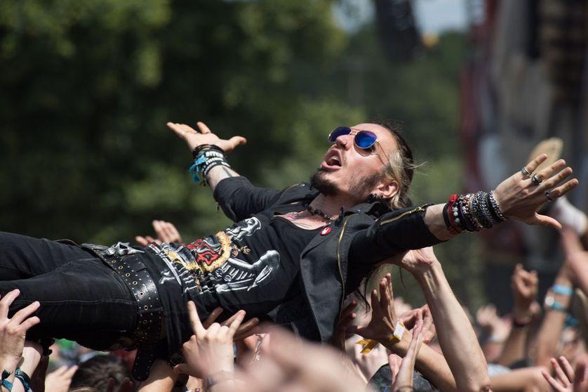 """Un fan en plein """"slam"""" au festival Hellfest en juin 2015"""