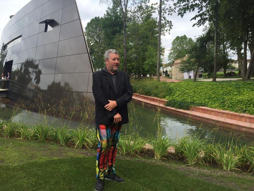 Philippe Starck devant sa création : le Chai du Château les Carmes Haut-Brion